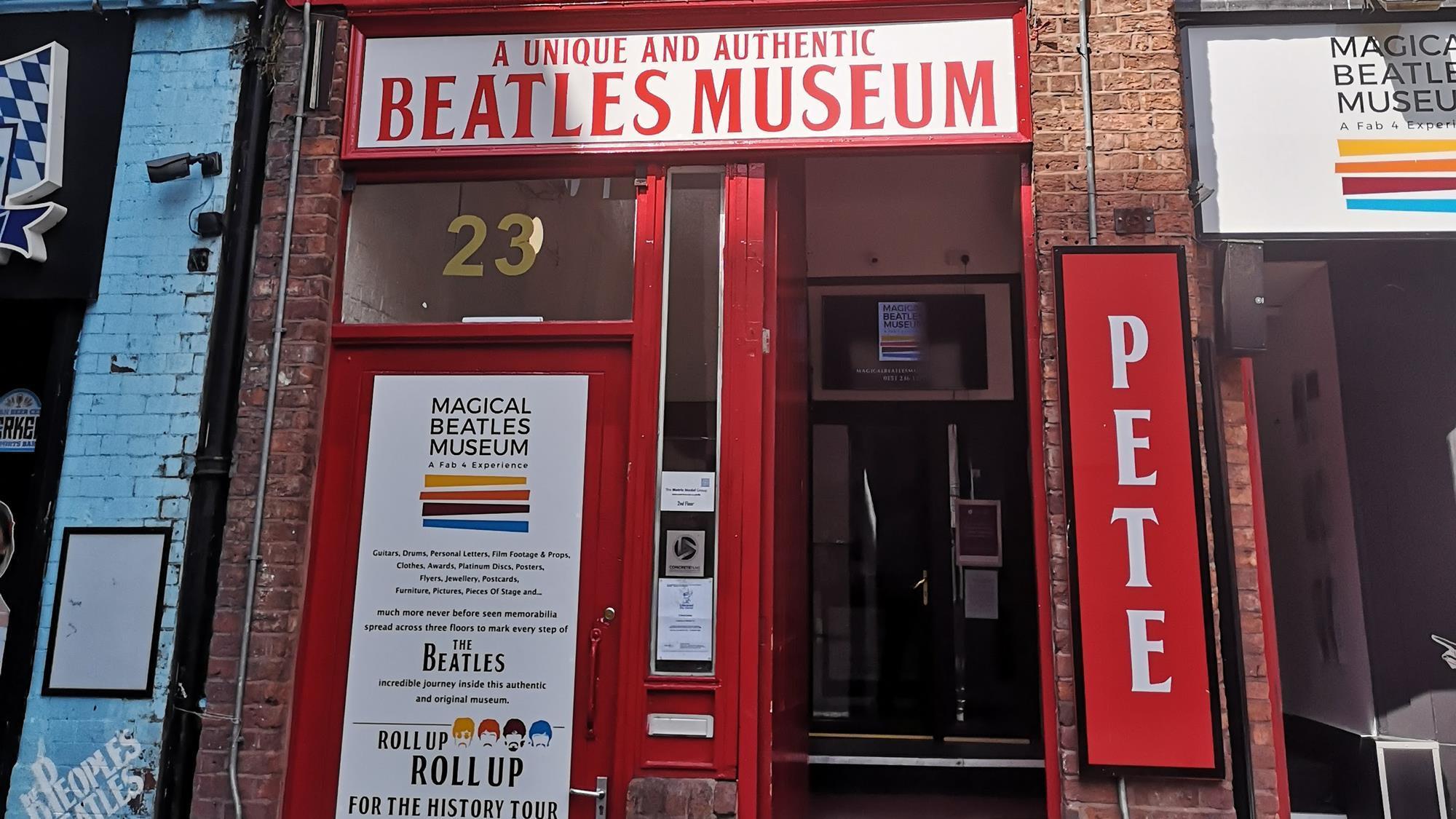 The Beatles Polska: Odsłonięto nowy mural zdobiący wejście do Magical Beatles Museum